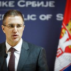 Ministar Stefanović se obratio građanima: Policija je bila uzdržana, a jednom policajcu su SLOMLJENE OBE NOGE
