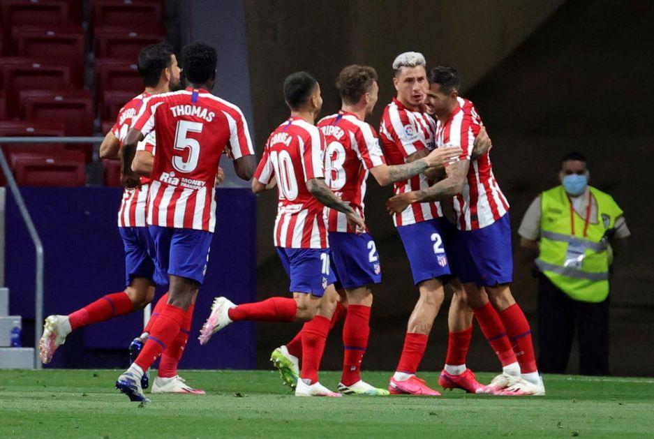 VAR U CENTRU PAŽNJE U MADRIDU: Atletiko sa igračem manje pobedio Betis i došao nadomak cilja