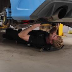 VAŠA VISOSTI, MOŽE SERVIS? Ovaj automehaničar NEVEROVATNO liči na princa Harija! (VIDEO)