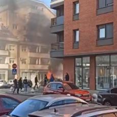VATRA PROGUTALA AUTOMOBIL U BANJALUCI: Požar na parkingu, vatrogasci se bore sa stihijom (VIDEO)