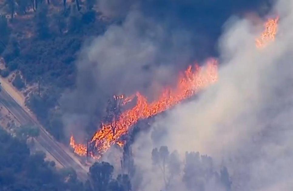 VATRENA STIHIJA KOD LOS ANĐELESA: Vatrogasci se bore sa 3 požara, ali su zbog prognoza meteorologa u panici (VIDEO)
