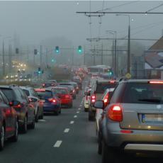 VAŽAN APEL VOZAČIMA IZ AMSS: Kiša usporava saobraćaj, na pojedinim deonicama moguć i SNEG