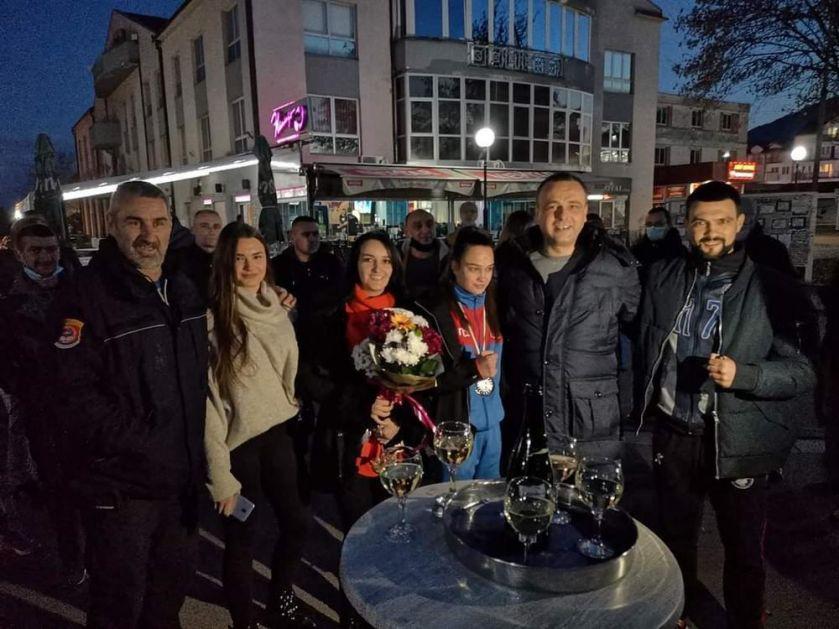 VELIČANSTVENA PROSLAVA EVROPSKOG SREBRA: Srpskoj bokserki Sari Ćirković priređen doček u rodnom Bratuncu! VIDEO