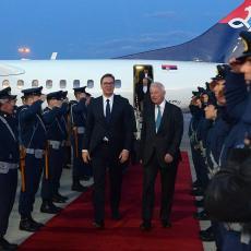 VELIKA ČAST ZA PREDSEDNIKA SRBIJE! Vučić sleteo u Atinu, dočekan uz crveni tepih i postrojenu Gardu (FOTO)