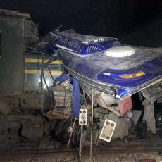 VELIKA NESREĆA U PAKISTANU: Najmanje 14 mrtvih u sudaru AUTOBUSA I VOZA! (FOTO)