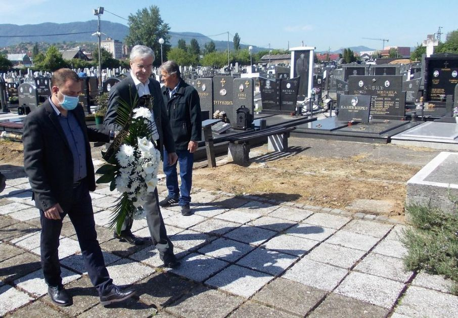 VELIKE ŽRTVE ZA SLOBODU: Položeni venci na Partizanskom groblju u Loznici (FOTO)