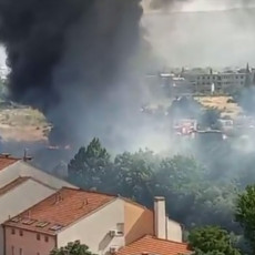 VELIKI POŽAR U MOSTARU: Crni dum nadvio se nad gradom, poslate sve raspoložive vatrogasne jedinice (VIDEO)