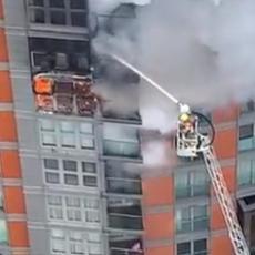 VELIKI POŽAR U STAMBENOM BLOKU: Vatra progutala tri sprata, aktivirano više od 100 vatrogasaca (VIDEO)