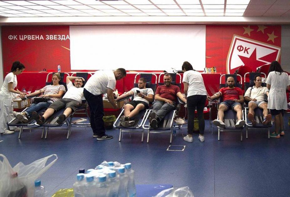 VELIKI REDOVI ISPRED RAJKA MITIĆA: Delije pohrlile da daju krv u velikoj humanitarnij akciji! (FOTO)