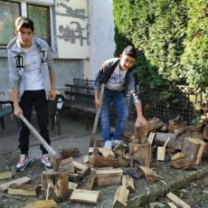 VELIKO BRAVO ZA DVA DEČAKA IZ ČAČKA: Nikola i Boban cepaju drva, peru automobile i rade druge kućne poslove (FOTO)