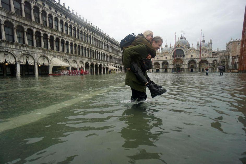 VENECIJA POD VODOM: Poplavljeni restorani, kafići, prodavnice, zatvoreni vrtići ali kiša ne misli da stane! (FOTO)