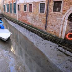 VENECIJA U PROBLEMU: Presušili čuveni kanali, gondole u blatu i mulju (FOTO/VIDEO)