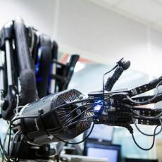 VEOMA JE PAŽLJIV: Ova robotska ruka podže stvari bez dodira