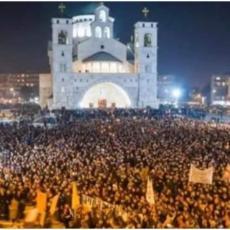 VERNI NAROD VEČERAS PONOVO BRANI SVETINJE širom Crne Gore: Zvona proglasila pobedu VERNIH! (FOTO/VIDEO)