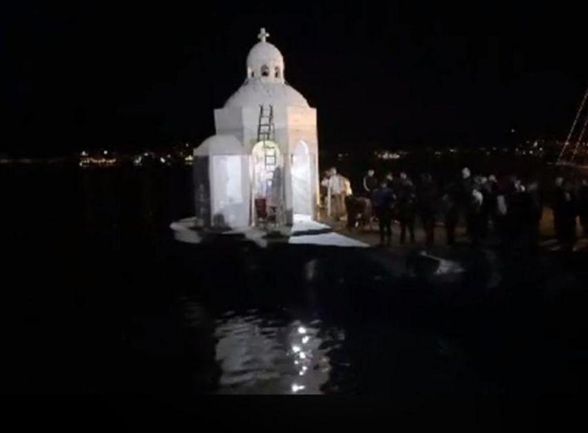 VERNICI BRANE KRSTIONICU: Poručili da će ostati i tokom noći, služena liturgija na Miholjskoj prevlaci (VIDEO)