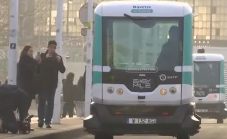 (VIDEO) AUTOBUS BEZ VOZAČA VOZI SE PARIZOM: Eksperimentalno vozilo pušteno u javni saobraćaj