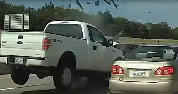 VIDEO: Gledao u mobilni dok je vozio pa naleteo na kolonu