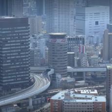 (VIDEO) Jedinstven primer u svetu: Kroz ovu zgradu PROLAZI AUTOPUT!