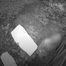 (VIDEO) KAKO GA NIJE SRAMOTA? Ušao u restoran i ukrao kutiju sa DOBROTVORNIM PRILOGOM