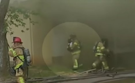 (VIDEO) NEVEROVATNA HRABROST VATROGASCA: Uhvatio bebu bačenu sa drugog sprata usred vatre!