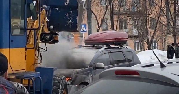VIDEO: Ovako Rusi gase auto u plamenu