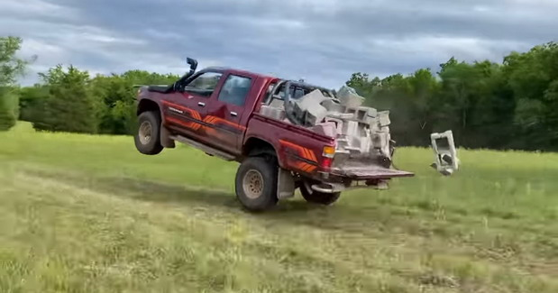 VIDEO: Pokušao da uništi Toyotu Hilux, evo šta joj je radio