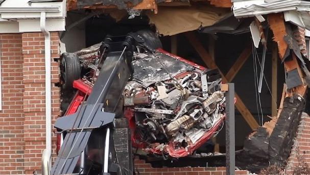 VIDEO: Porsche se zabio u drugi sprat zgrade, dvoje poginulih