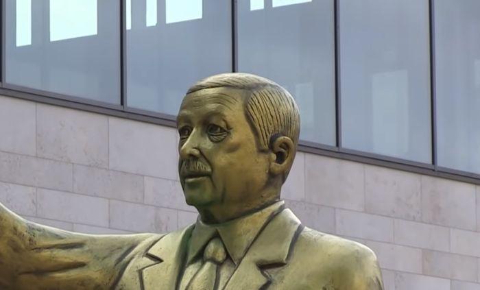 VIDEO: Pozlaćeni spomenik Erdoganu osvanuo u Nemačkoj