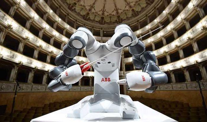 VIDEO: Robot dirigovao orkestrom na Bočelijevom koncertu