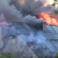 (VIDEO) STRAVIČNI PRIZORI: Zapalilo se seno, pa vatrena stihija zahvatila 30 kuća! Devetoro povređenih