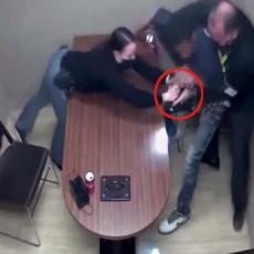 (VIDEO) UBICA DEČAKA (2) U SOBI ZA ISPITIVANJE UKRAO PIŠTOLJ POLICAJCU: Očajnički pokušavali da ga razoružaju
