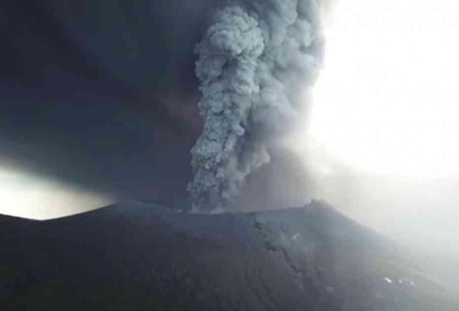 (VIDEO) UTROBA ZEMLJE DIVLJA! Spektakularni snimak japanskog vulkana iz vazduha!