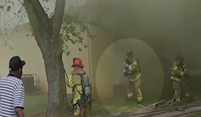 VIIDEO: Vatrogasac uhvatio bebu bačenu iz zgrade u plamenu