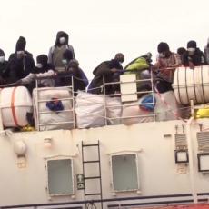 VIŠE OD 500 MIGRANATA OTKRIVENO NA BRODU: Danima bili na moru u nadi da će se dokopati Evrope (VIDEO)