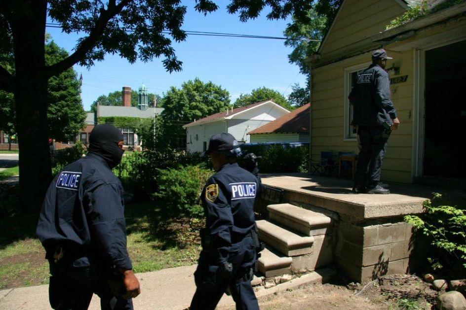 VIŠE POLICAJACA RANJENO U OSTINU: Napadač se zabarikadirao u kuću, otvorio vatru na patrolu
