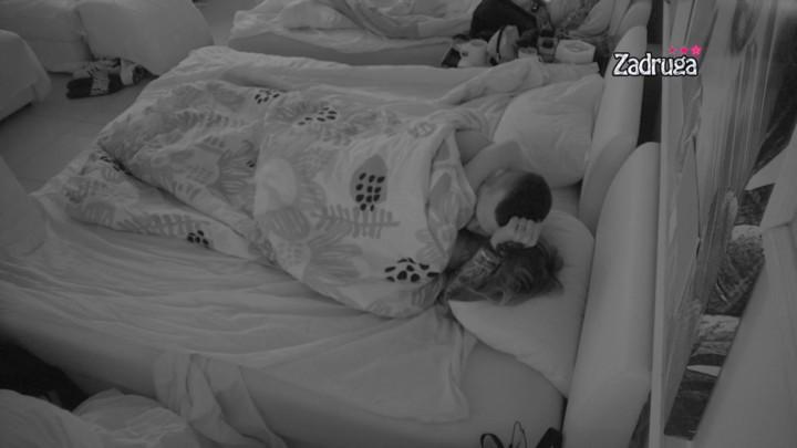 VIŠE SE NE KRIJU: Čolak i Ivana Krunić se ljubili pred punom spavaćom sobom, a onda se on zavukao ispod pokrivača! (VIDEO)