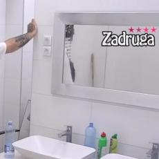 VOAJER U ZADRUZI! Upao u kupatilo dok se ona tušira! Rekao joj je - Čekam te u krevetu! (VIDEO)