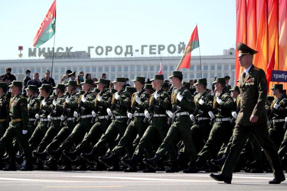 VOJNA PARADA ZA DAN POBEDE U BELORUSIJI Uprkos pandemiji korone, hiljade ljudi se okupilo na svečanosti u Minsku (VIDEO)
