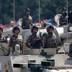 VOJSKA NA GRANICI HONGKONGA, KINA UPOZORAVA AMERIKANCE: Ne mešajte se!