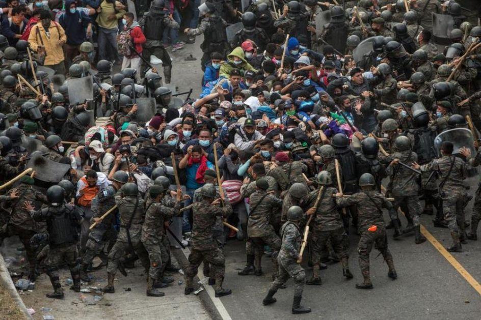 VOJSKA SE SUKOBILA SA 9.000 MIGRANATA: Karavan se kreće ka Americi, na granici sa Gvatemalom HAOS! (FOTO, VIDEO)