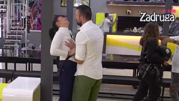 VRELE SCENE USRED BELA DANA: Tomović hvatao Minu za GRUDI pred svima, a onda se ona vratila u Karićev zagrljaj! (VIDEO)