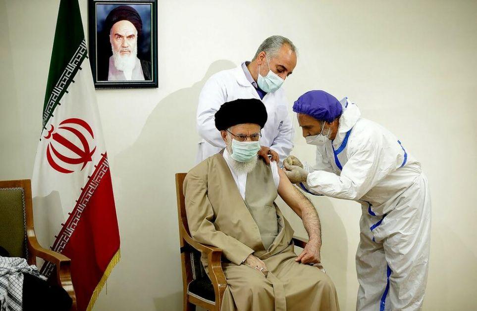 VRHOVNI VOĐA IRANA PRIMIO DOMAĆU VAKCINU: Ali Hamnei zabranio uvoz vakcina sa Zapada pa dočekao Koviran! VIDEO