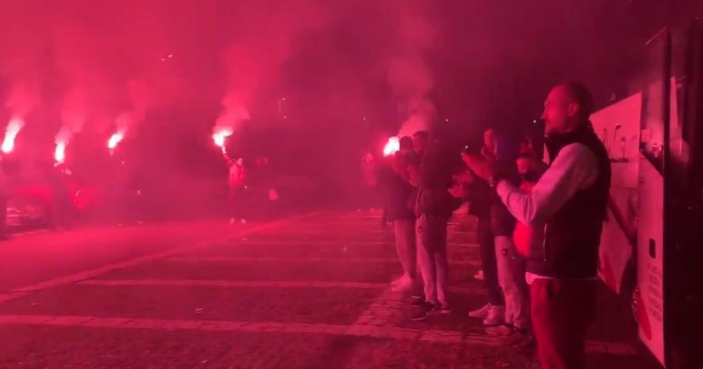 VRUĆA UVERTIRA PRED DERBI: Navijači Zvezde bakljadom ispratili ljubimce na duel sa Partizanom  (VIDEO)