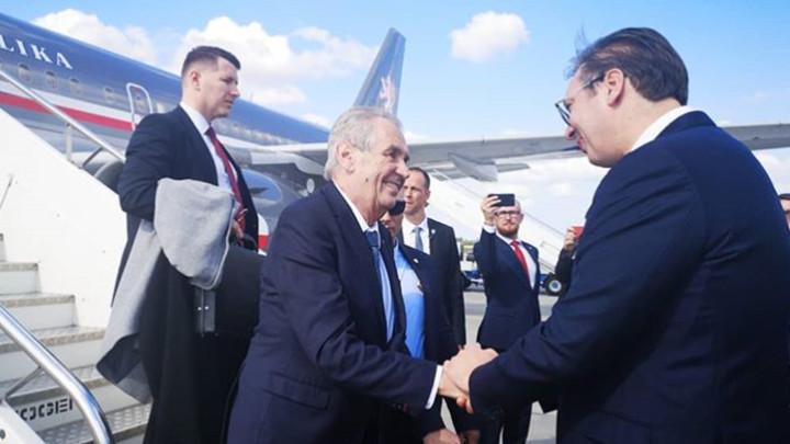 VUČIĆ DOČEKAO ZEMANA NA BEOGRADSKOM AERODROMU: Odnosi Srbije i Češke danas su na najvišem nivou! (FOTO)