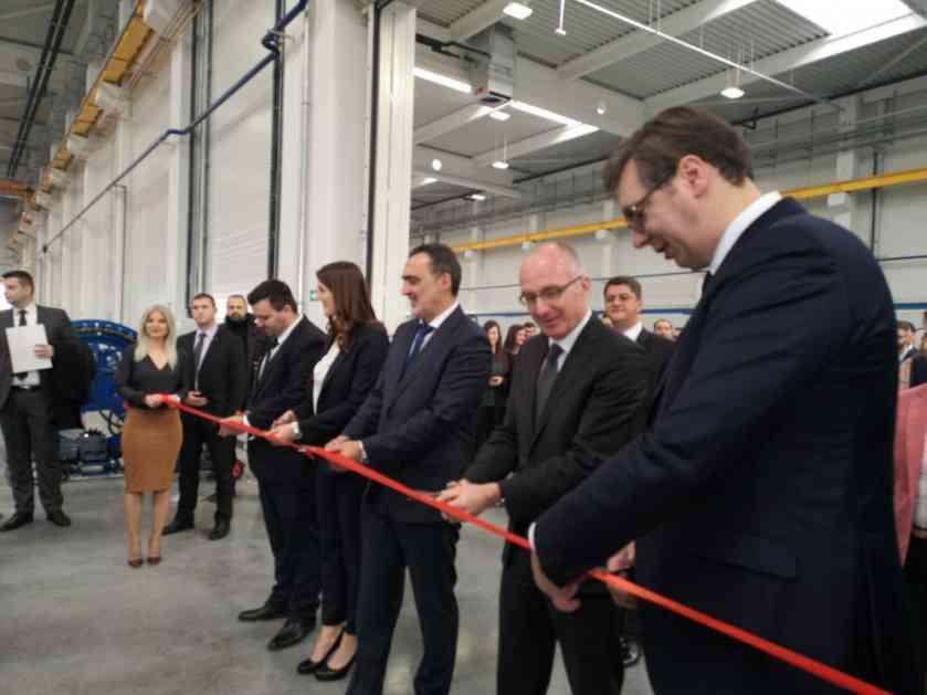 VUČIĆ U KRAGUJEVCU: Tu gde Nemci dođu, uspeh je zagarantovan! Otvorena prva fabrika u industrijskom parku MIND, prve tramvaje da kupi Beograd (FOTO)