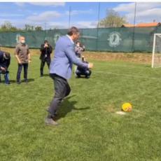 VUČIĆ ZATRESAO MREŽU IZUZETNOM GOLMANU: Predsednik demonstrirao zavidno fudbalsko znanje (VIDEO)