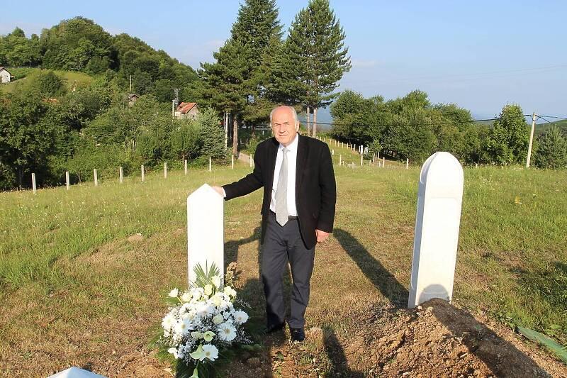 Valentin Inzko posjetio mezar Hatidže Mehmedović: To je najsnažnija osoba koju sam upoznao