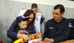 Vatrogasci iz Niša obradovali teško obolelu devojčicu