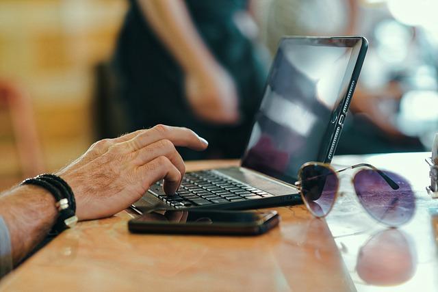 Većini starijih korisnika kompjutera prete ozbiljne opasnosti na internetu!