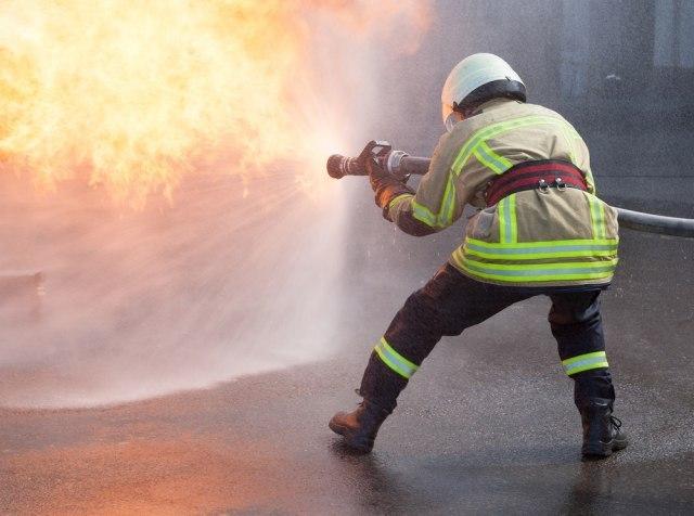 Veliki požar u Podgorici; vatra došla do kuća, vetar otežava gašenje VIDEO